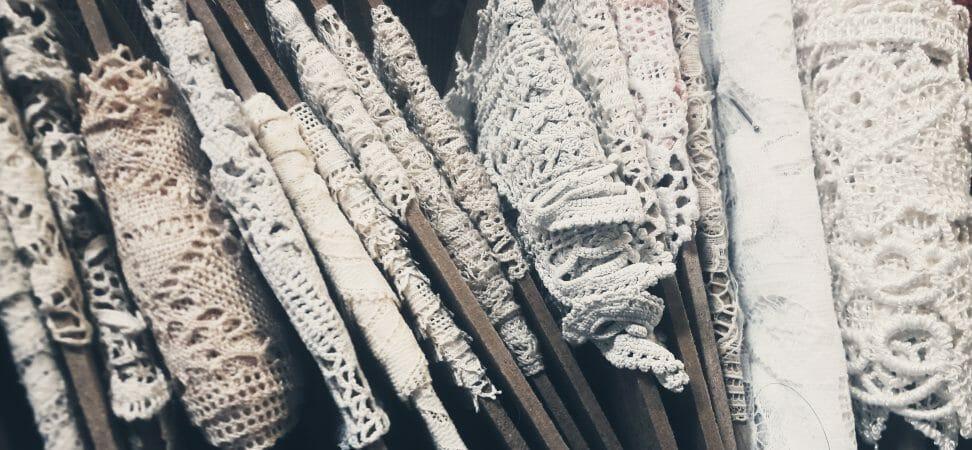 tissus rangés sur des plaquettes de bois