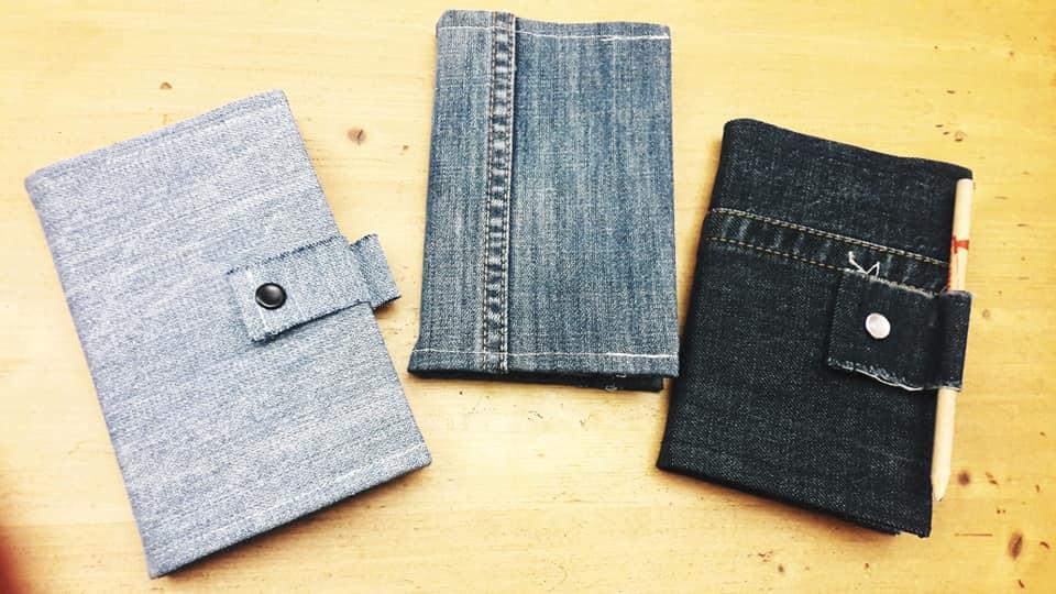 trois couvres livre fait avec du tissu recyclé
